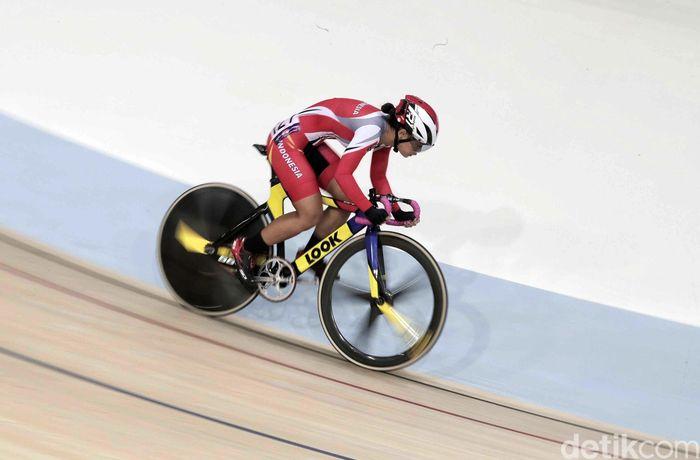 Pebalap sepeda Indonesia, Ayustina Delia Priatna bertanding di final elite women scrath yang berlangsung di Velodrome, Rawamangun, Minggu (13/1/2019).