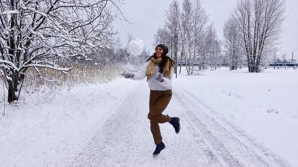 Nadine juga terlihat asyik bermain salju di Kaivopuiston Ranta. (nadinelist/Instagram)