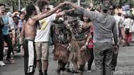 Tarian Papua Warnai Aksi Korban PHK Freeport di CFD