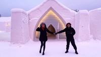Tempat mereka menginap adalah Arctic SnowHotel & Glass Igloos. (nadinelist/Instagram)