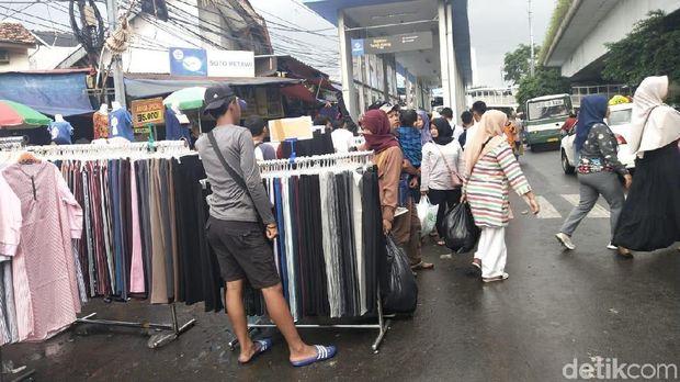 Pedagang di jalanan Jl Jatibaru.