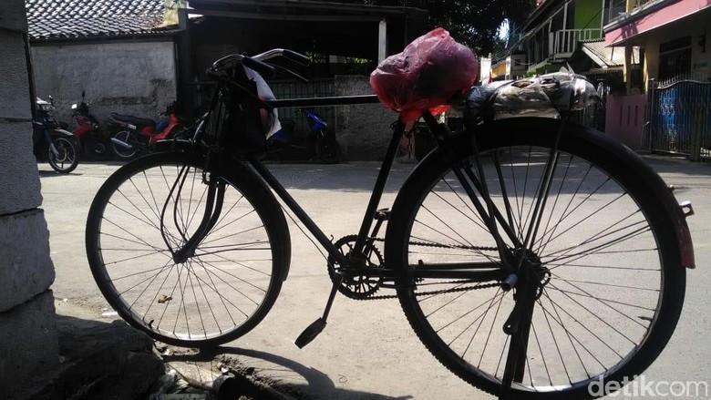 Di Usia 80 Tahun, Slamet Masih Narik Ojek Sepeda Ontel