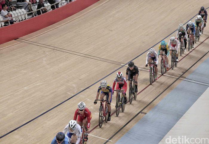 Para pebalap sepeda dari berbagai negara adu cepat di final elite women scrath.