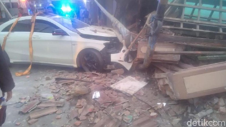 Diduga Pengemudi Mabuk, Mobil Mewah Tabrak Warung Kopi