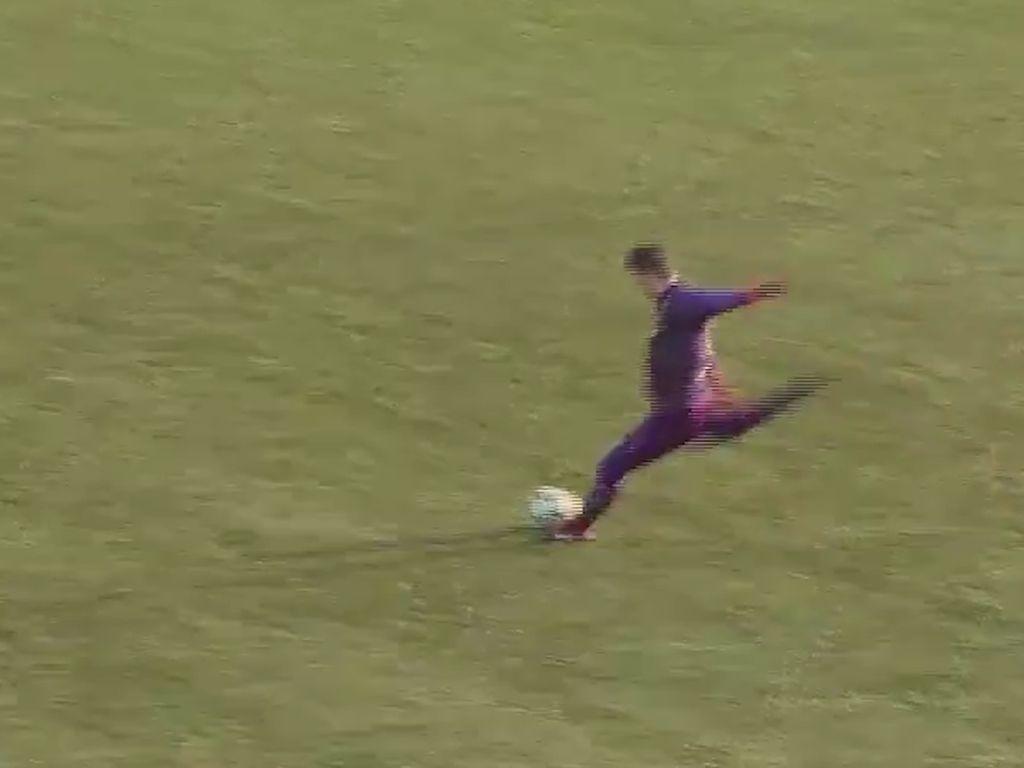 Video: Kiper Ini Cetak Gol Tendangan Bebas Menakjubkan