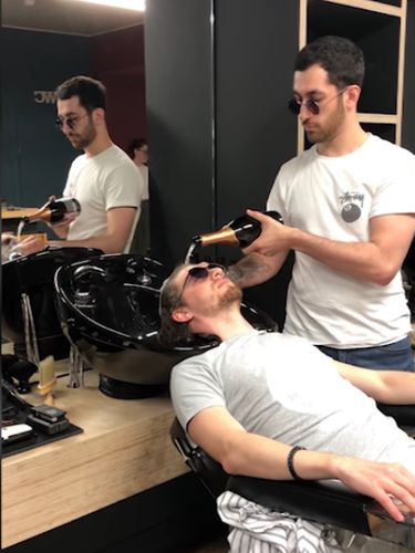 Tukang cukur unik, keramasi pelanggan pakai sampanye