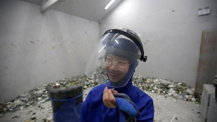 Di ruangan ini kamu bisa meluapkan emosi dengan menghancurkan barang-barang. (Foto: Reuters)