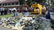 Ribuan Botol Miras Digilas Polisi di Garut