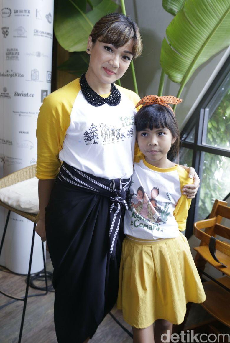 Nirina Zubir bersama Zivara saat acara syukuran Keluarga Cemara. Foto: Palevi/detikHOT