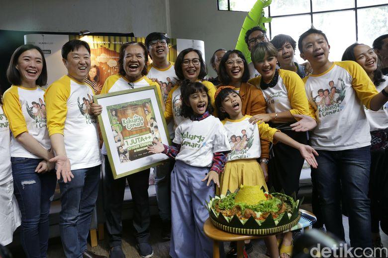 Nirina Zubir bersama orang-orang yang terlibat film Keluarga Cemara. Foto: Palevi/detikHOT