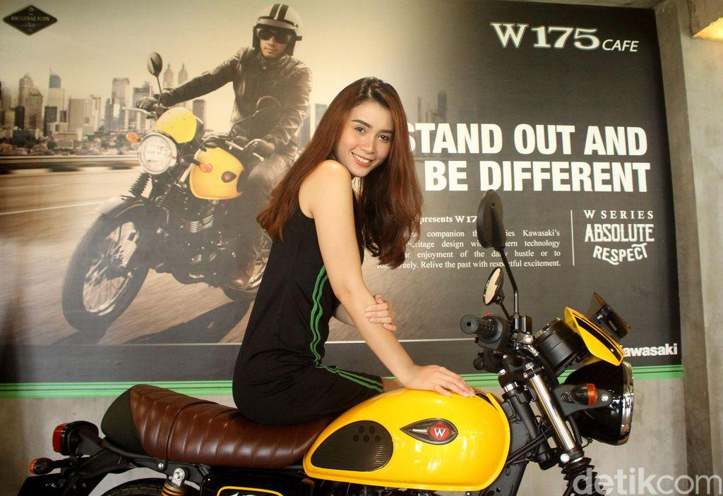 Kawasaki kembali memperkenalkan motor anyar dengan tampilan classic nya yakni W175 CAFE di Kemang, Jakarta, Senin (14/1/2019). Di acara peluncurannya itu juga hadir Kawasaki girls cantik dengan senyum manisnya menyapa para pengunjung yang hadir.