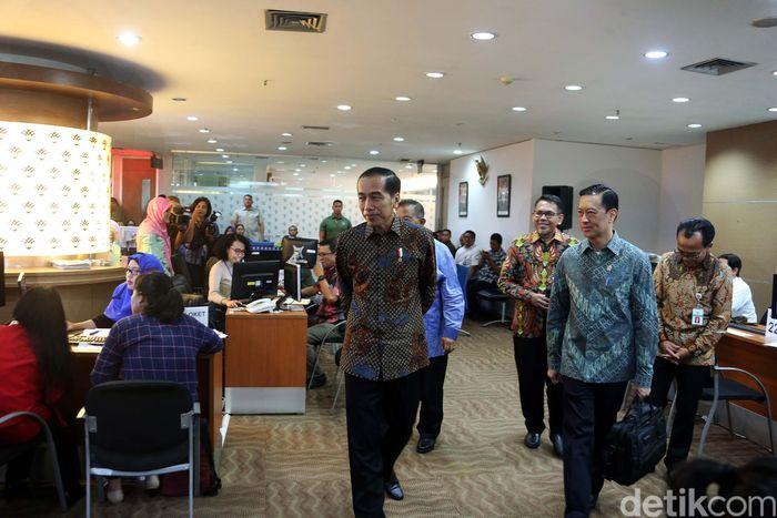Presiden Jokowi berkeliling tempat yang menjadi layanan OSS.