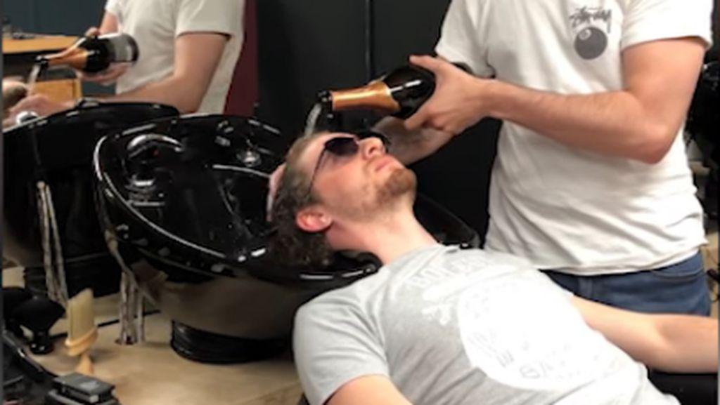 Unik dan Mewah! Tukang Cukur Pakai Sampanye untuk Keramasi Rambut Pelanggan