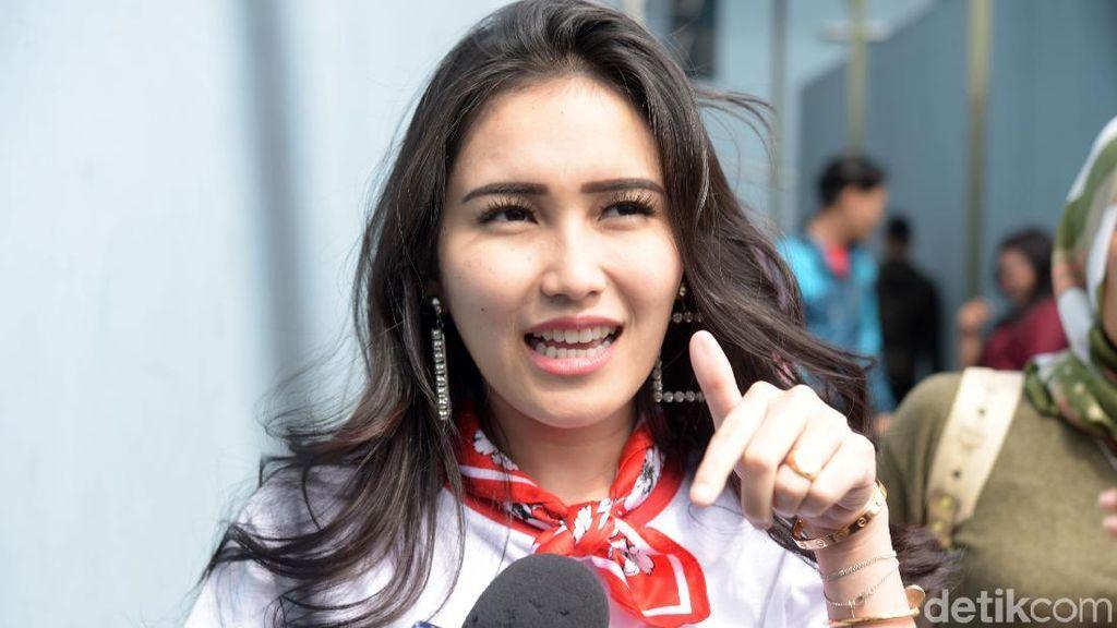 Ayu Ting Ting Dikritik Saat Kakinya Nendang Babang Tamvan