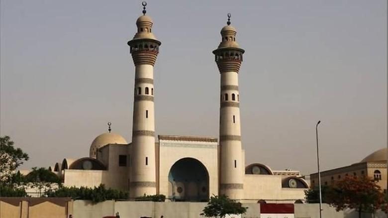 Peluk Teman Pria, Mahasiswi Dikeluarkan dari Universitas Al-Azhar