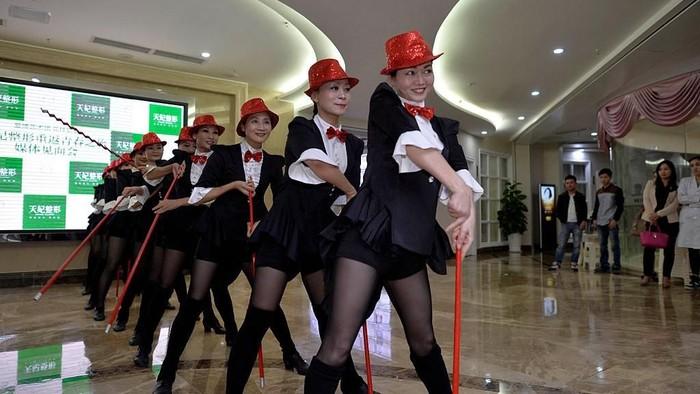 Grup Aibo Performing Art sedang latihan di rumah sakit bedah plastik. (Foto: VCG/Getty Images)