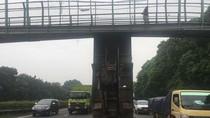 Truk Tersangkut di JPO Tol Jakarta-Tangerang, Satu Lajur Ditutup