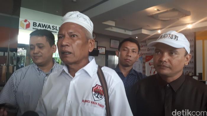 Ketua Aliansi Anak Bangsa Damai Hari Lubis melaporkan Menag Lukman Hakim ke Bawaslu. (Dwi/detikcom)