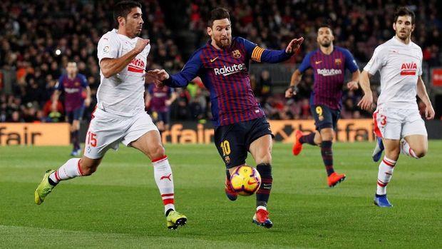 Lionel Messi mencetak gol kedua Barcelona ke gawang Eibar. (
