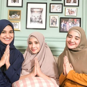 Zaskia dan Shireen Sungkar Pakaikan Hijab ke Nagita Slavina, Ini Hasilnya