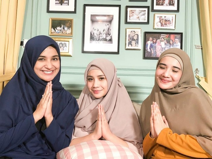 Nagita Slavina dipakaikan hijab oleh Zaskia dan Shireen Sungkar. Foto: Youtube/TheSungkars