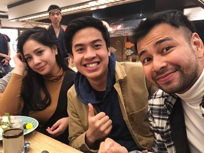 Jerome Polin, YouTuber asal Surabaya yang tinggal di Jepang. Bikin vlog bareng Raffi dan Nagita, Jerome terlihat sedang makan bersama ditraktir Raffi Ahmad. Mantappu jiwa! Foto: Instagram@jeromepolin