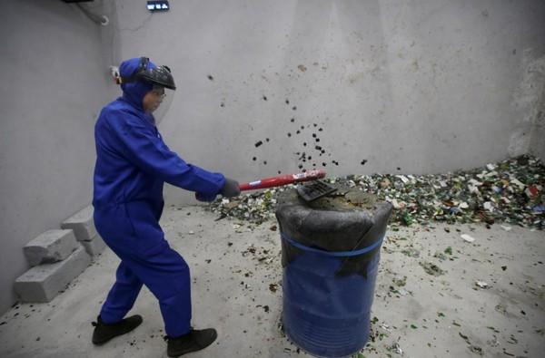 Di ruangan ini kamu bisa hancurkan beragam benda sampai tidak bersisa. (Jason Lee/Reuters)