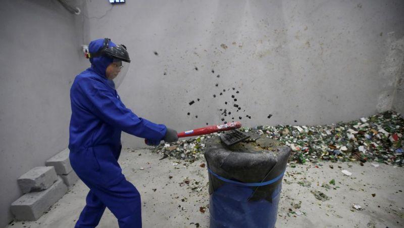 Di Beijing, China ada destinasi baru yang buka sejak September 2018. Namanya adalah Smash alias Anger Room. (Jason Lee/Reuters)