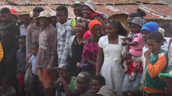 Di kesempatan ini semua warga berkumpul. Momen ini sering dimanfaatkan pemuda Betsileo untuk mencari calon istri. (Foto: Youtube/BBC News)