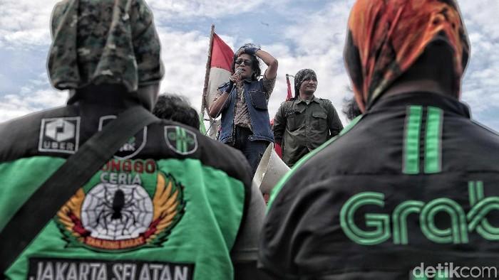 Pengemudi ojek online menggelar aksi damai 151 di depan Istana Negara, Jakarta, Selasa (15/1). Mereka meminta tarif pembayaran dinaikkan.