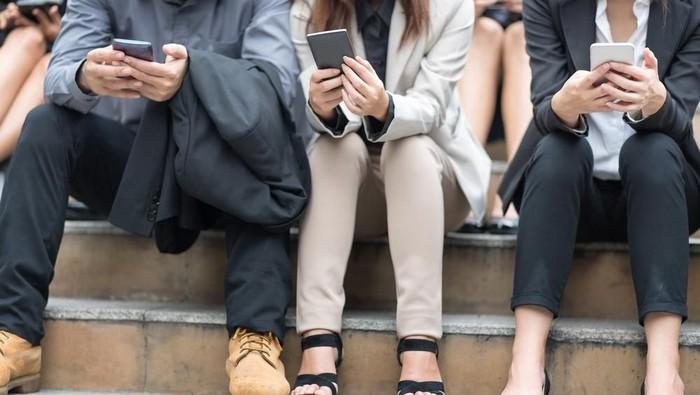 Ilustrasi pengguna smartphone mengakses media sosial. Foto: Shutterstock