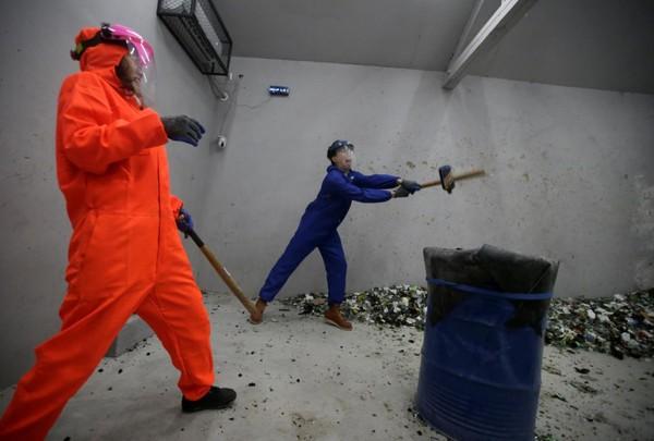 Tempat ini telah dikenal oleh warga Beijing untuk melepas stress dan meluapkan kemarahan. Semenjak dibuka, ada 600 orang pelanggan yang telah menghancurkan 15.000 botol setiap bulannya. (Jason Lee/Reuters)