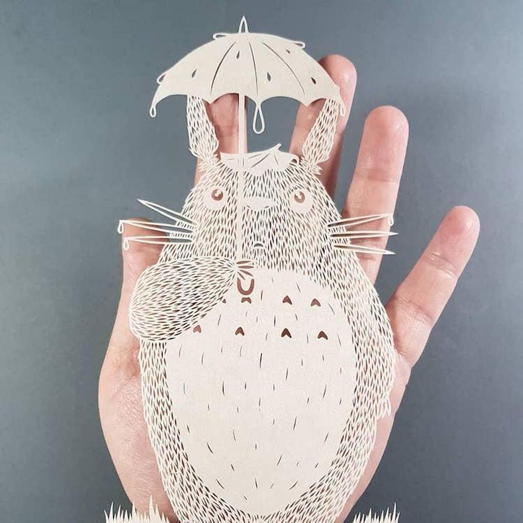 Seni Potong Kertas ala Seniman Pippa Dyrlaga