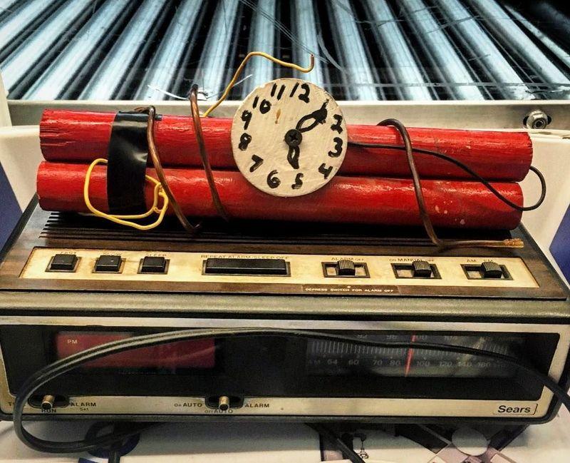 Ini adalah replika bom di Bandara Chicago OHare. Walau benda ini replika, tentu saat melewati sinar X tetap terlihat nyata. (tsa/Instagram)
