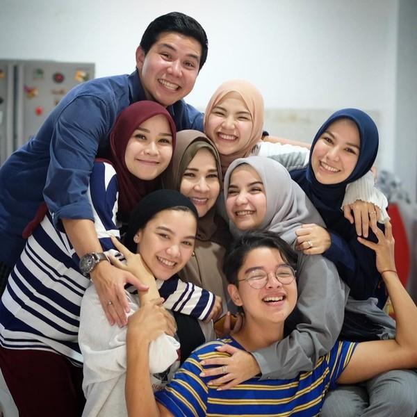 Kakak Beradik Cantik Semua, Ini Gaya Hijab Keluarga Zaskia A. Mecca