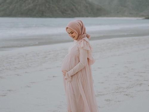 Tetap Modis Saat Hamil Besar, Intip Inspirasi Gaya Hijab dari Dwi Handa