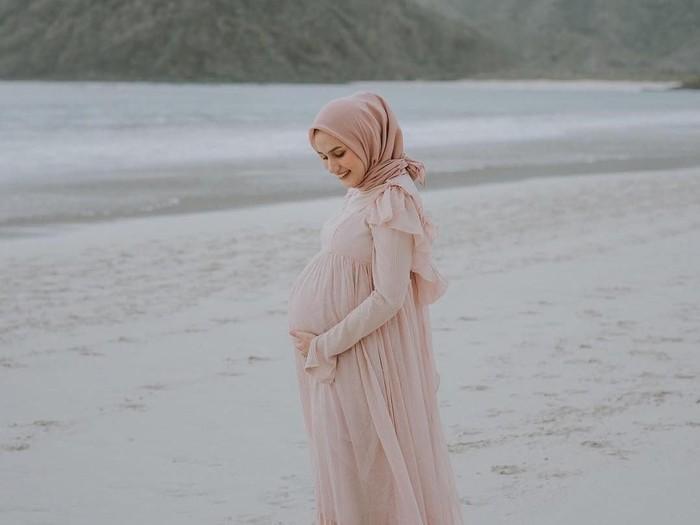 Gaya Hijab Ibu Hamil Dwi Handayani