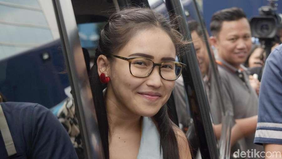 Ayu Ting Ting Bergaya Kuncir Dua dan Kacamata, Yay or Nay?