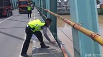 Motor Ditabrak Mobil di Atas Jembatan, Pengemudi Terpental ke Sungai