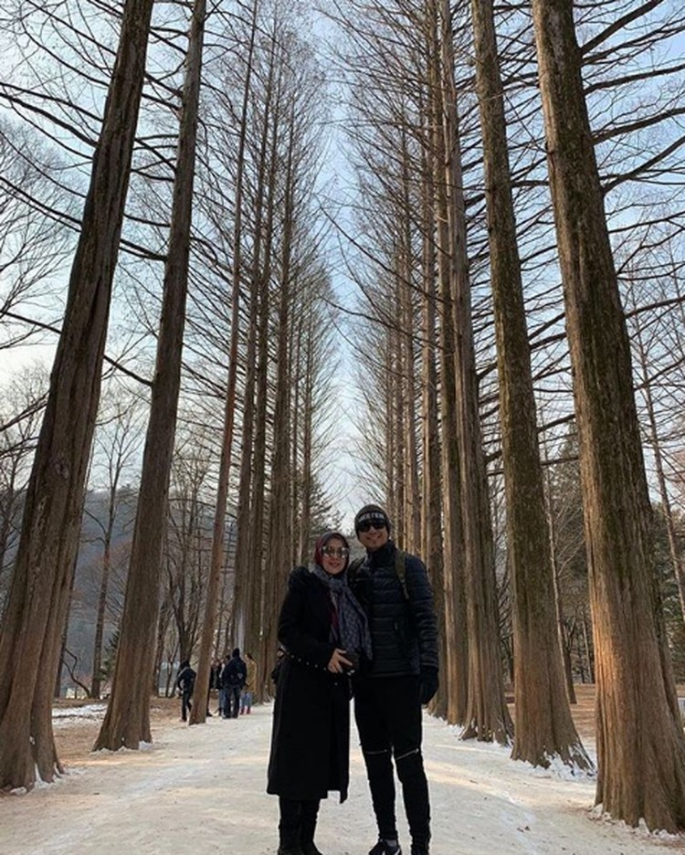 Denny Cagur dan istrinya, Shanty merayakan ulang tahun pernikahan mereka ke-13 pada tanggal 15 Januari kemarin. (Foto: Instagram @dennyacagur)