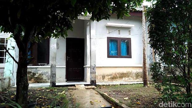 Rumah kontrakan yang ditinggali Legiman.