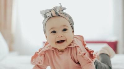 25 Inspirasi Nama Bayi Perempuan dengan Arti Periang