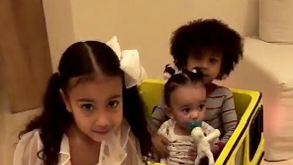 Ultah, Putri Kim Kardashian Dihadiahi Mercedes Mini Mirip Mobil Sang Ibu