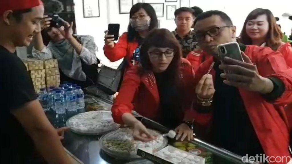 Tsamara dan Giring Nidji Kunjungi Produsen Mochi di Sukabumi