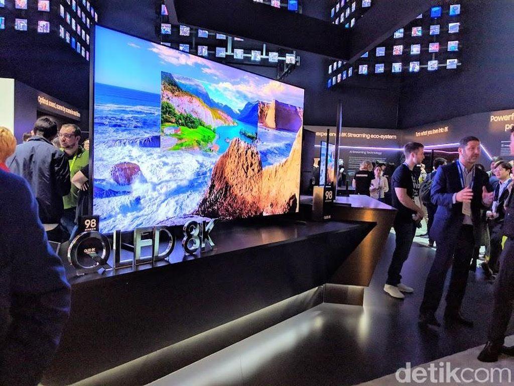 Televisi 8K Samsung mengusung teknologi QLED,hadir dalam ukuran 65 inch, 75 inch, 82 inch, 85 inch dan 98 inch. Samsung membekali televisinya ini dengan chipset Quantum Prosesor 8K dan dilengkapi kecerdasan buatan. Foto: Adi Fida Rahman/detikINET
