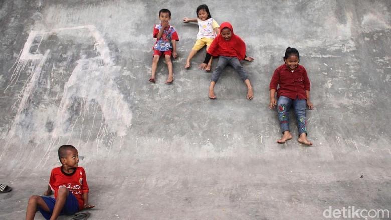 Serunya Anak-anak Main Perosotan di Skatepark Slipi