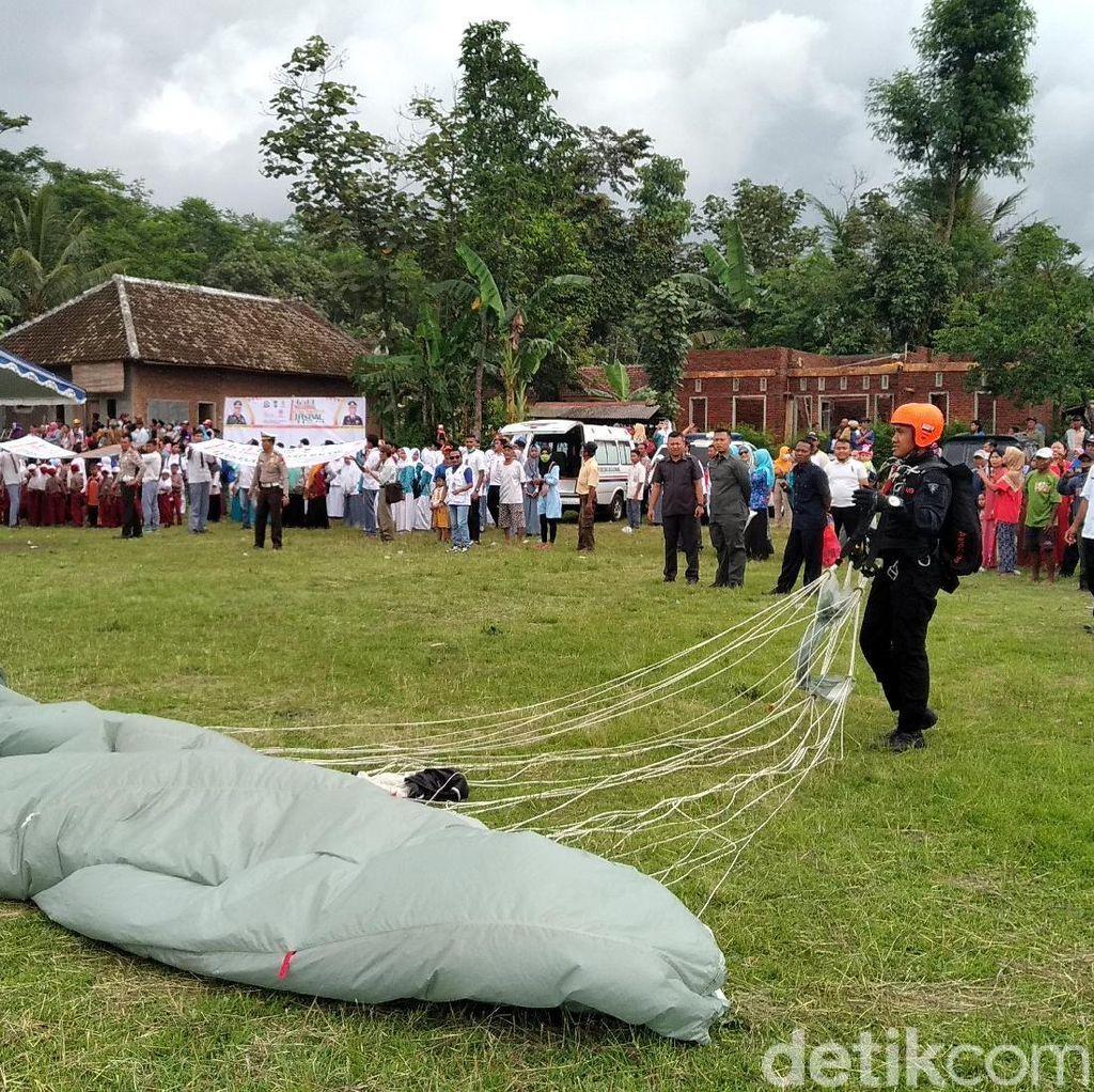 Millennial Road Safety Festival di Malang Diramaikan Terjun Payung