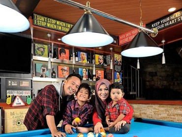 Sudah punya buntut, Denny dan Shanty senang berbagi foto keluarga kecilnya. (Foto: Instagram @dennyacagur)