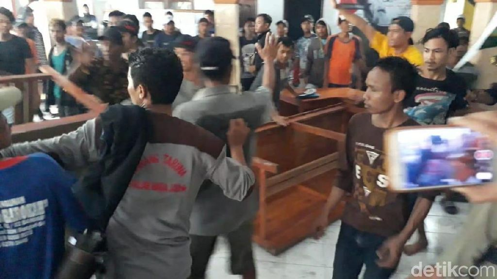 Aksi Tuntut Kades, Warga Brebes Rusak Aset Kantor Desa Setempat