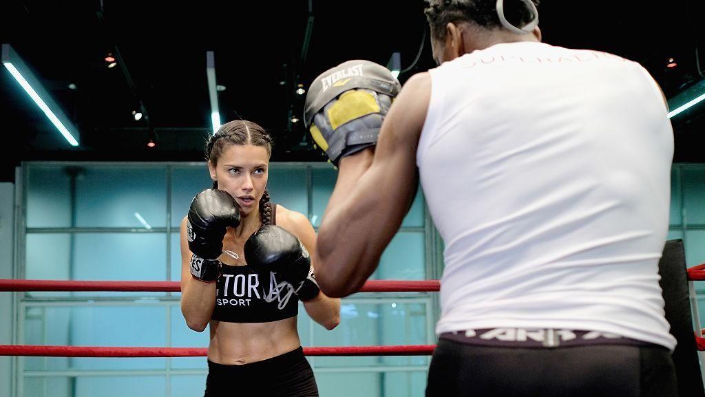 Rahasia Bugar Adriana Lima, Mantan Model Victorias Secret Berperut Sixpack